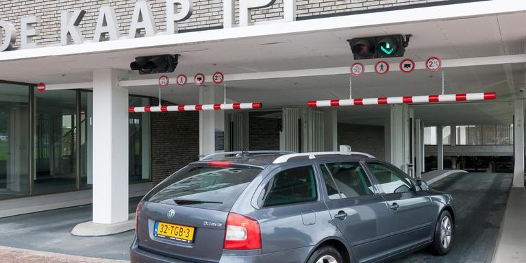 Wethouder Steenbergen is tevreden met de parkeeropbrengsten van de kelder onder De Kaap. FOTO ARCHIEF DVHN