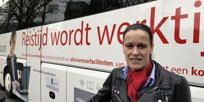 Miranda Mustert met de kantoorbus van Drenthe Tours. Foto: DvhN