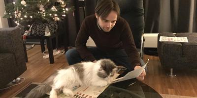 Roderik Emmerink met Kerst met de kat en de Dr. Denker Kerstpuzzel
