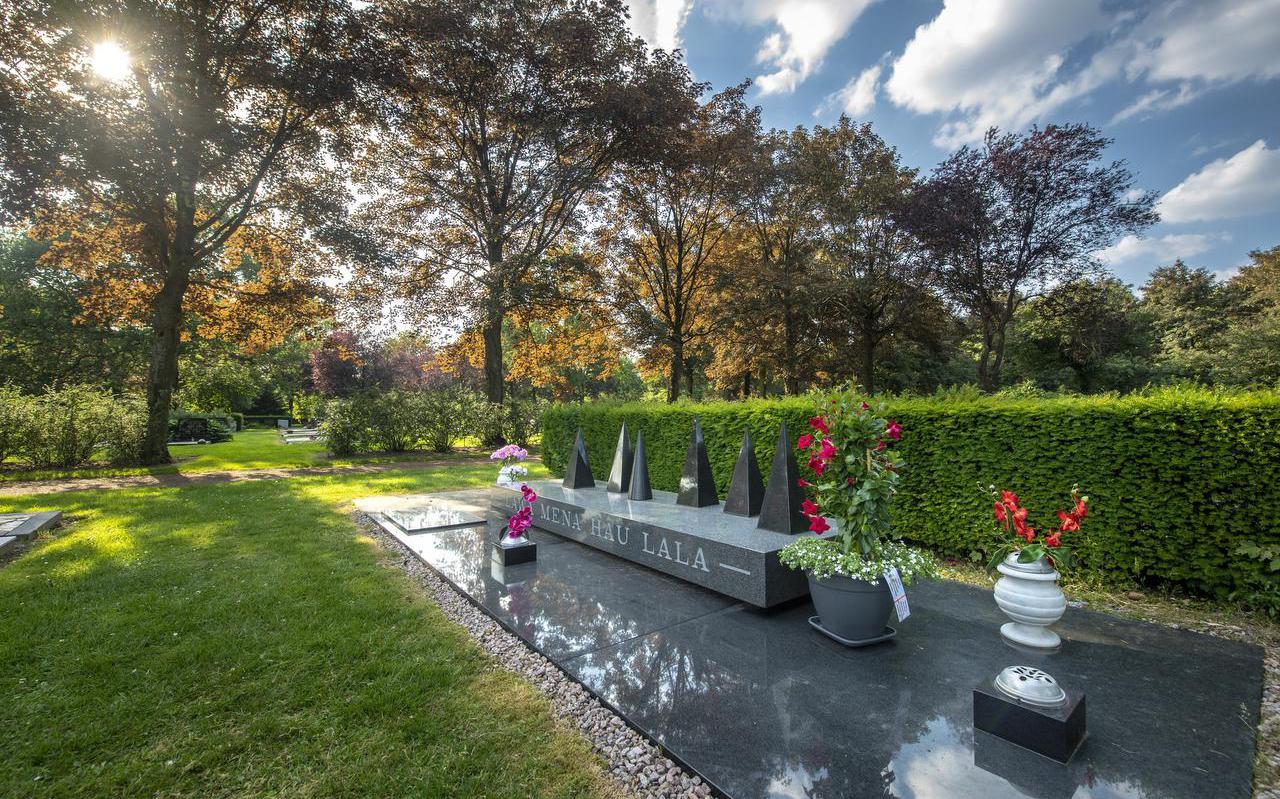 Het gezamenlijke graf van de zes omgekomen treinkapers De Punt op begraafplaats de Boskamp in Assen.  foto MARCEL JURIAN DE JONg