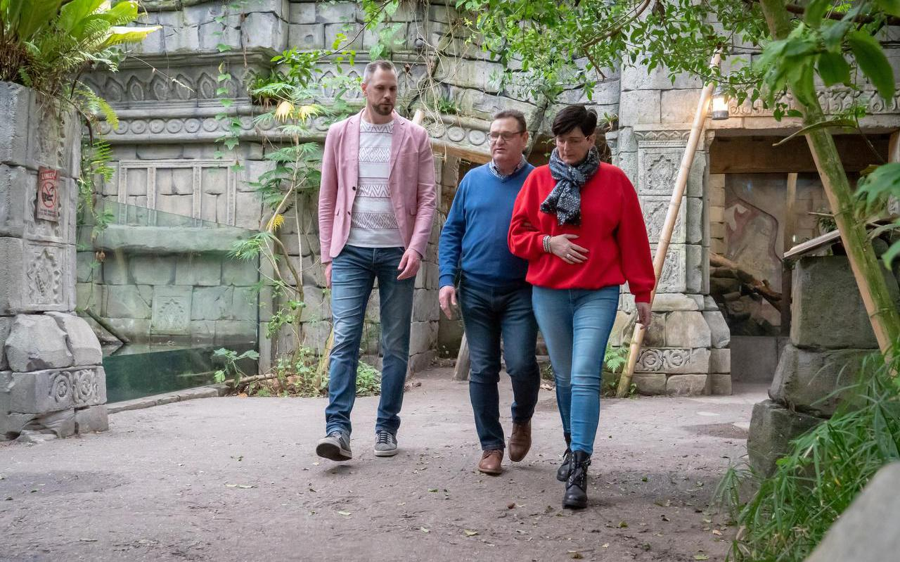 Harrie Lubbers en begeleidster/collega Janet Slüter in gesprek met Hans Poppelaars. FOTO DVHN/FRANK JEURING