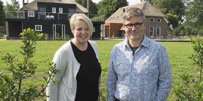 Eigenaren Agnes Hoek en Erwin Weggemans in juni 2017, net na de opening van hun gloednieuwe hotel-restaurant. Foto Archief/Jan Anninga