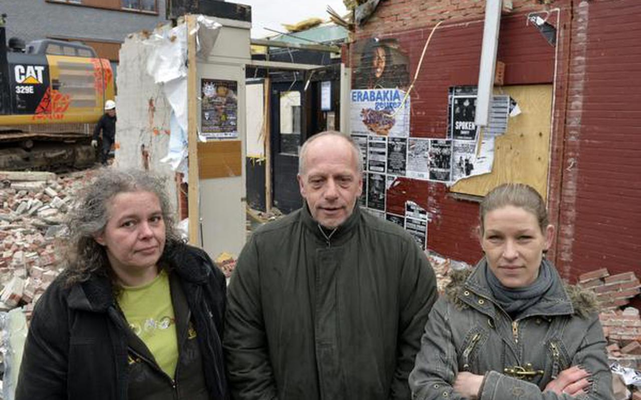 Achter Refka Bouman, Hans Bouman en Janneke Bax (rechts) wordt Blanko langzaam maar zeker opgepeuzeld door sloopmachines. FOTO BOUDEWIJN BENTING