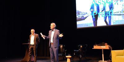 Kars Klok (rechts) en Bernd Otter presenteren Asser Praat. Eigen foto
