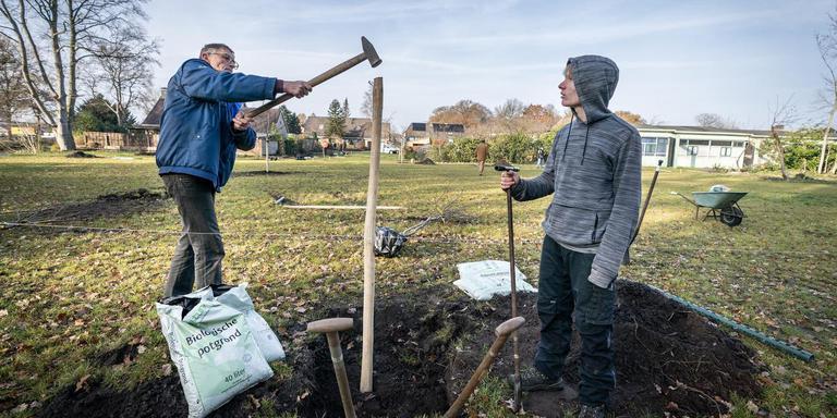 Chris Appelo en pleegzoon Haemish aan het werk in de Appelhof. Foto Jaspar Moulijn