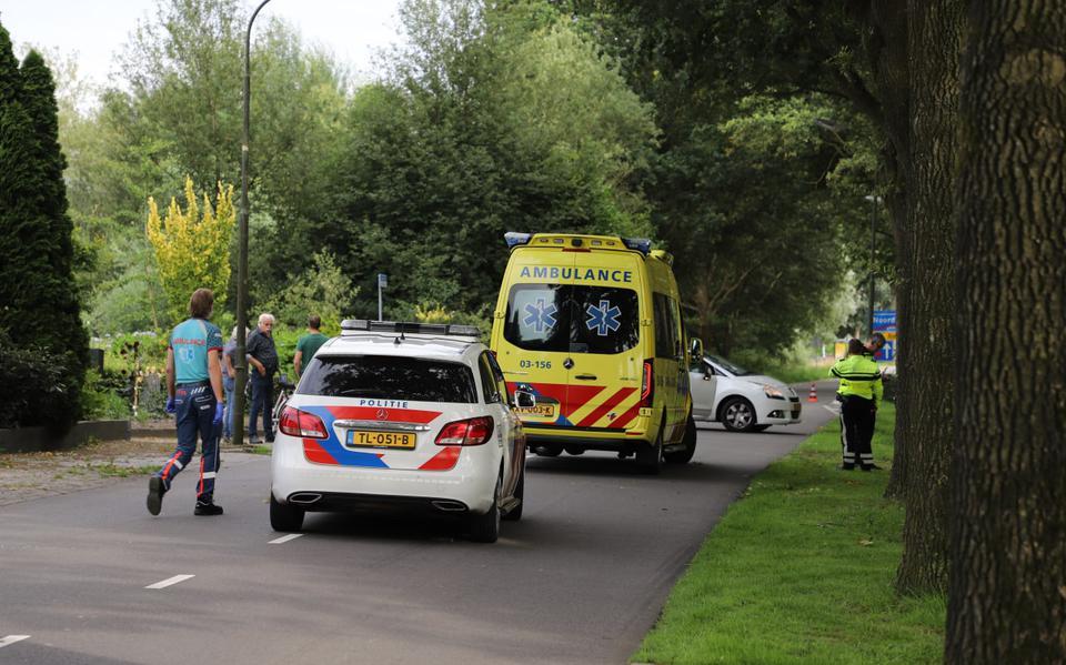 Fietser gewond na botsing met auto in Noordscheschut: bestuurder aangehouden.