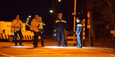 Agenten en ProRail-medewerkers bij de spoorwegovergang. Foto: Venema Media