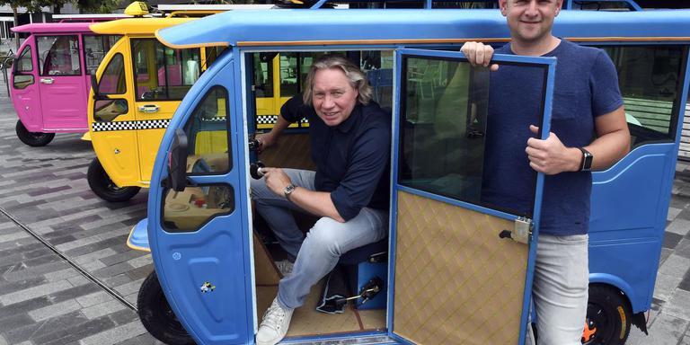 Henk Eising (links) en zijn kompaan Adriaan van Leeuwen bij de tuktuks op de beoogde start- en finishplaats op het Raadhuisplein. Foto: Henk Benting.