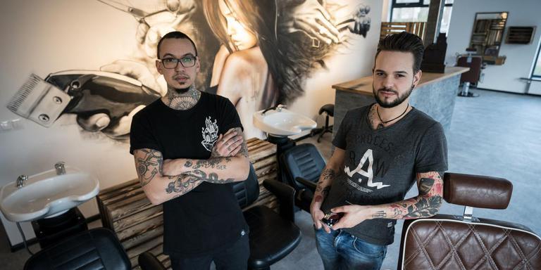 Brian Beest (29) en Remco de Wit (27) in hun pasgeopende kapsalon annex tattooshop. Foto Jaspar Moulijn
