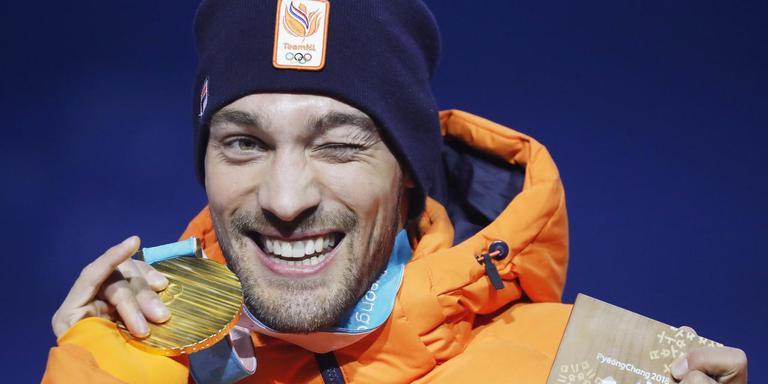 Kjeld Nuis met zijn gouden medaille. FOTO: EPA/ANTONIO BAT