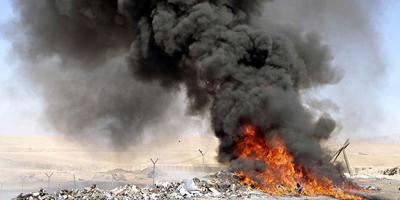 De brandende hopen afval in Afghanistan.