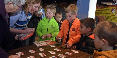 Op de ruilmiddag in het stadion van FC Emmen kwamen zo'n 150 kinderen af. Foto: Boudewijn Benting
