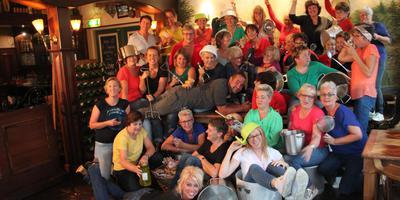 De zangeressen van Popkoor de Diva's uit Westerbork zijn niet vies van een feestje. In het midden Sander Vos van zalencentrum Meursinge. Eigen foto
