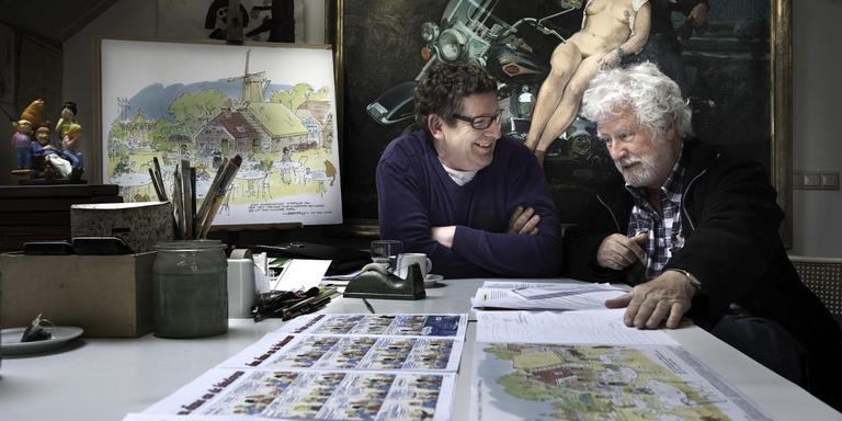 Jan Kruis in 2012, met de plannen voor zijn 'Jan Kruis boerderij' Foto Archief Duncan Wijting