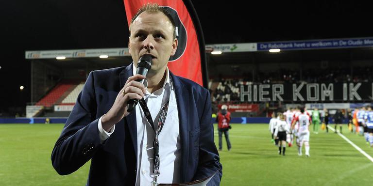 Stadionspeaker Peter Möhlmann op het hoofdveld van FC Emmen. Foto: Jan Kanning