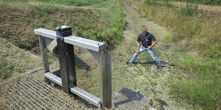 Sloten vallen droog, zoals bij het Stieltjeskanaal. ,,Het waterpeil in deze sloot is zo'n 35 centimeter gezakt'', zegt Freddy Reinders van Vechtstromen. Foto Jan Anninga