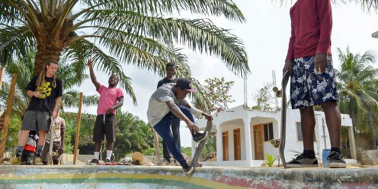 Pim van der Wardt links met skaters uit Busua, Ghana. Foto Pim van der Wardt