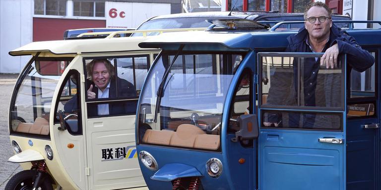 Vervoer in Emmen met tuktuks. Henk Eising (achter) en Henk Kruise zien het helemaal zitten. Foto: Boudewijn Benting
