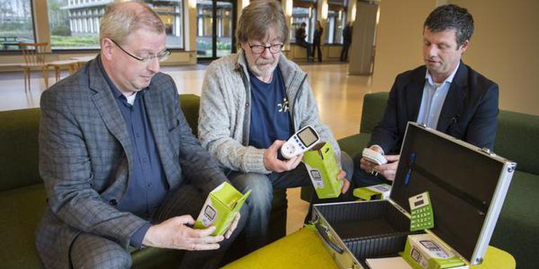Tjisse Stelpstra, Ko Vester en Jan Luuk Stel (vlnr) bekijken de inhoud van de koffer. FOTO JASPAR MOULIJN