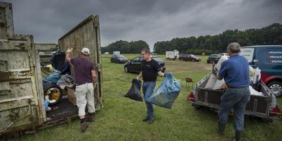 Vrijwilligers ruimen de camping van Sudosa-Desto in Witten op. FOTO JASPAR MOULIJN