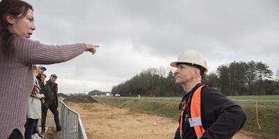 Belangstellenden vragen archeoloog Dave la Fèber het hemd van het lijf bij de opgraving langs de N34 bij Dalen.