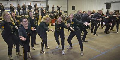 Theaterkoor Ericarré, de begeleidingsband en leden van Dansstudio 7 repeteren de show die zij eind maart brengen in het Atlas Theater. Foto: DvhN