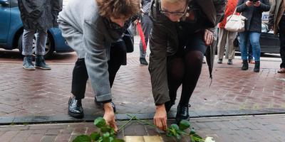 Bij twee van de 28 nieuwe 'Stolpersteine' in Het Haagje in Hoogeveen worden bloemen gelegd. foto gerrit boer