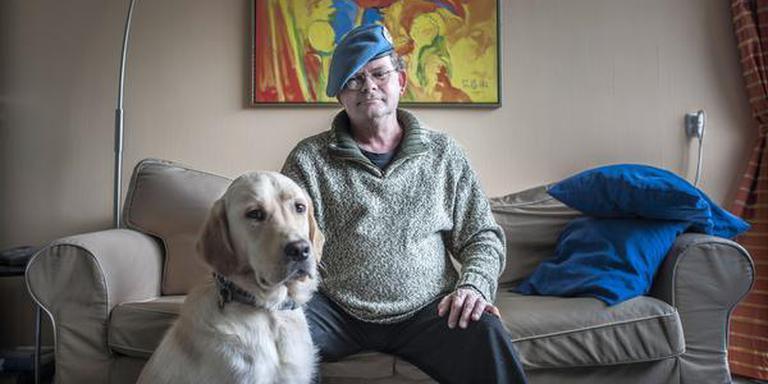 Willem van Wierst met zijn overleden geleidehond Mark. FOTO ARCHIEF DUNCAN WIJTING
