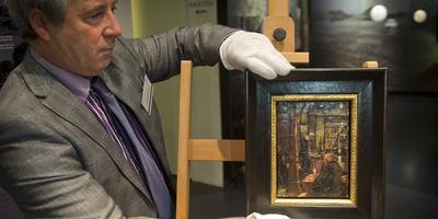 Bestuurslid Wessel Berkhout van het Van Gogh Huis in Drenthe onthulde woensdag de geërfde 'Van Gogh'. Foto: jan Anninga