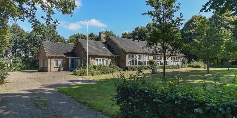 Deze voormalige basisschool aan de Eemster 1 staat te koop.