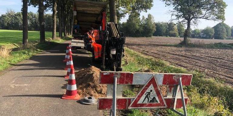In het buitengebied van Westerveld is inmiddels al enkele tientallen kilometers glasvezel ingegraven. FOTO ARCHIEF DVHN
