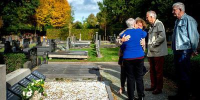Susan Lane en Maike Stuut-van Wijk vinden elkaar op de begraafplaats van Zevenhuizen. Beiden ronden een slepend verhaal af dat in 1945 is begonnen met een vliegtuigcrash. Met bloemen voor de twee slachtoffers. Rechts Tjerk Karsijns. Foto: Jilmer Postma