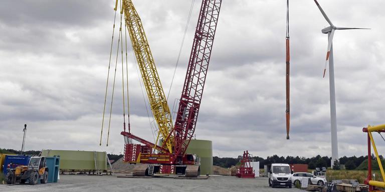 Aan Duitse kant van Weijerswold bij Coevorden wordt druk gebouwd aan windmolens van meer dan tweehonderd meter. Foto Boudewijn Benting