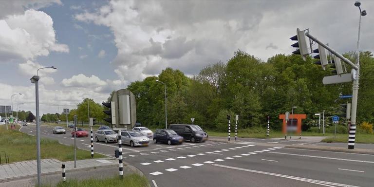 Oudere Vrouw In Assen Wandelt Op Weg Waar Autos Met 70 Kilometer