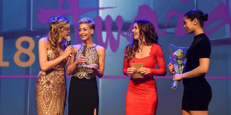 Bianca de Boer (tweede van links) met Marijke Dikkerboom (tweede van rechts) en fotomodel Kim Kötter (links).