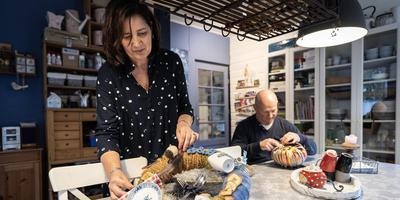Anja Moes en Pierre van de Wiel in de ontbijt- en workshopruimte van de Logeertuin. Foto Jaspar Moulijn