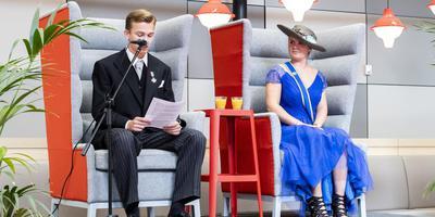 Marlon Bruins (als Willem-Alexander) leest de troonrede voor, met aan zijn zijde Lisanne Seubers in de rol van Maxima.