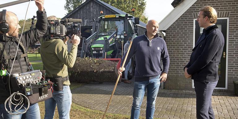 Rudger Castricum (rechts) volgt eredivisionist FC Emmen voor een nieuwe televisieserie op NPO1. Foto: Jan Anninga