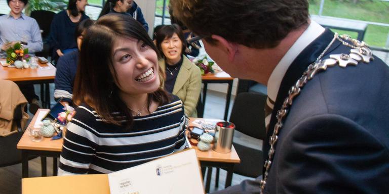 Burgemeester Roger de Groot reikt de diploma's uit aan de twaalf Japanse cursisten. Foto Gerrit Boer