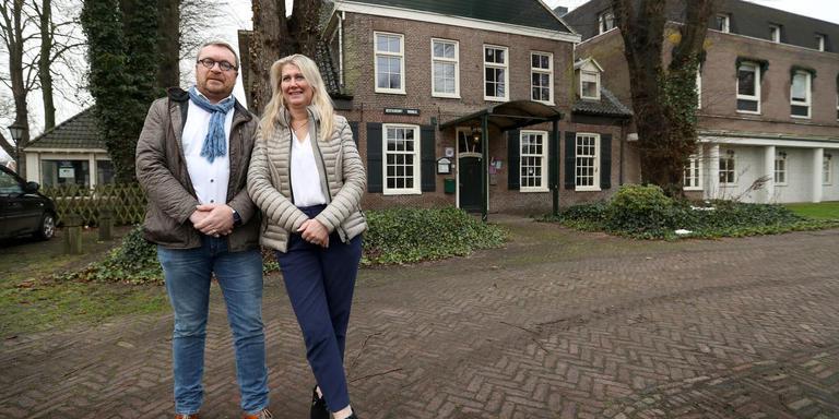 Mariëtte (r) en Gerard Brouwer voor Hotel Braams waar ze een woon-zorgcentrum willen beginnen. Foto: DvhN