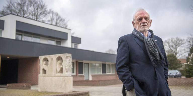 Jaap Beekhuis voor het gebouw in Emmen dat tot vier jaar geleden het pand van CQ was. Foto Marcel Jurian de Jong