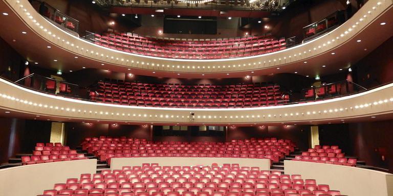 Theater De Tamboer zit in een veel te ruime jas. De grote zaal moet kleiner
