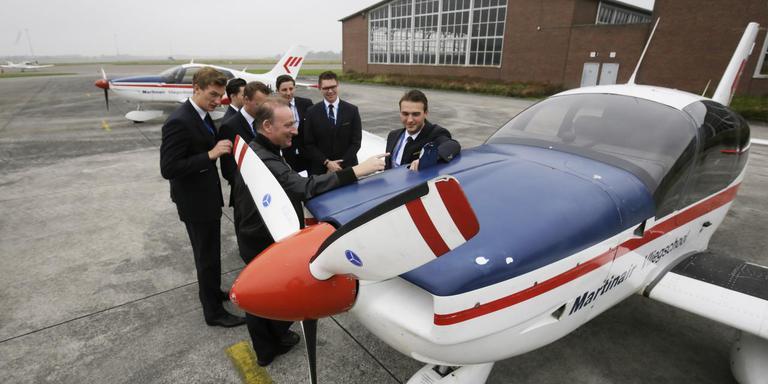 Studenten van de KLM Flight Academy bij het lestoestel van Martinair. Foto DvhN Archief