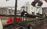 De letters 'I ameppel' zijn weer teruggeplaatst in de Meppeler gracht.