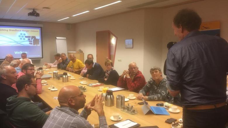 Freek Buijtelaar (rechts) spreekt tot de andere betrokkenen bij Breedband Borger-Odoorn. De foto is van een eerdere bijeenkomst.