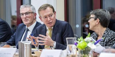 Minister Bruno Bruins praat dinsdagavond mee aan de Drentse Zorgtafel in Coevorden. Rechts commissaris van de Koning Jetta Klijnsma en links gedeputeerde Henk Jumelet.