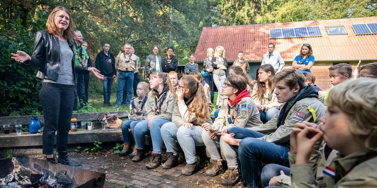 Margrite Kalverboer op bezoek bij de Asser scouts. Foto Jaspar Moulijn