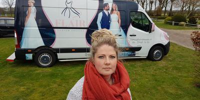 Elleke Krakau voor haar bruidsbus waaruit de trouwjurken zijn gestolen. Eigen Foto