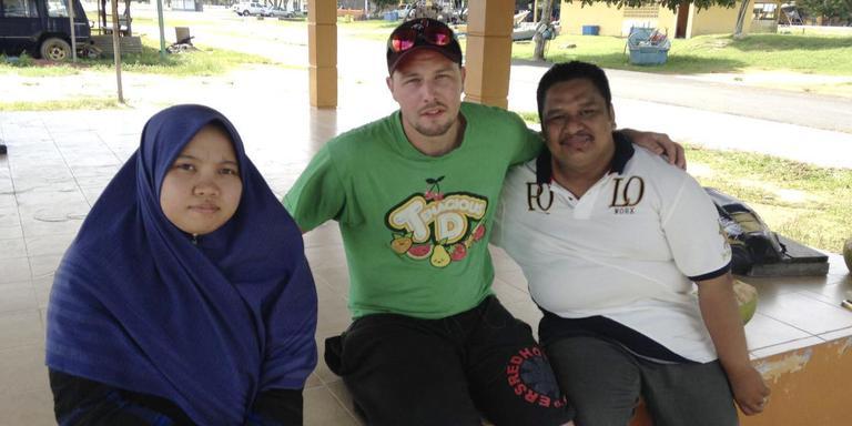Bob van Rhijn met de dokter (links) en ziekenbroeder die zijn broer Daan verzorgden.