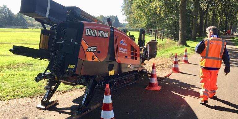 Met een grote boormachine worden langs de Vorrelvenen bij Dwingeloo onder wegen en andere obstakels gaten geboord zodat de glasvezelkabel kan worden gelegd. Foto DvhN
